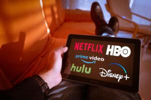 tablet con servicios de streaming en pantalla